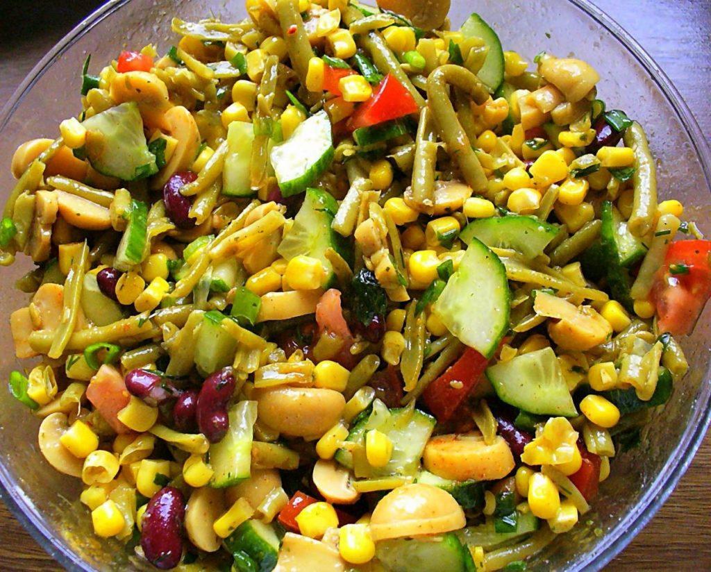Приготовить салат с консервированными шампиньонами не составит труда