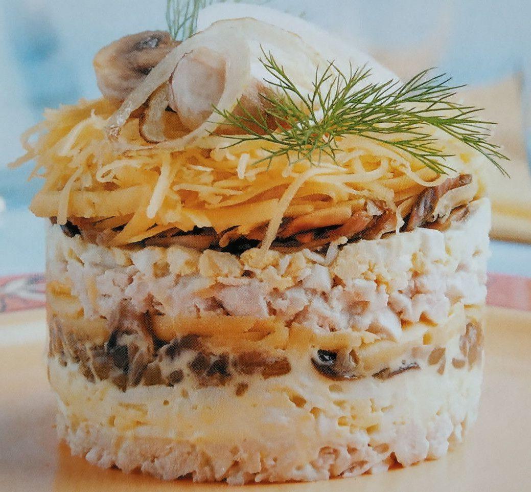 Салат с шампиньонами и курицей, яйцами и сыром