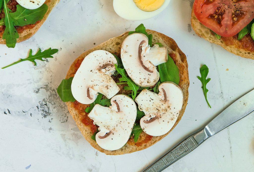 Описание приготовления бутербродов с шампиньонами