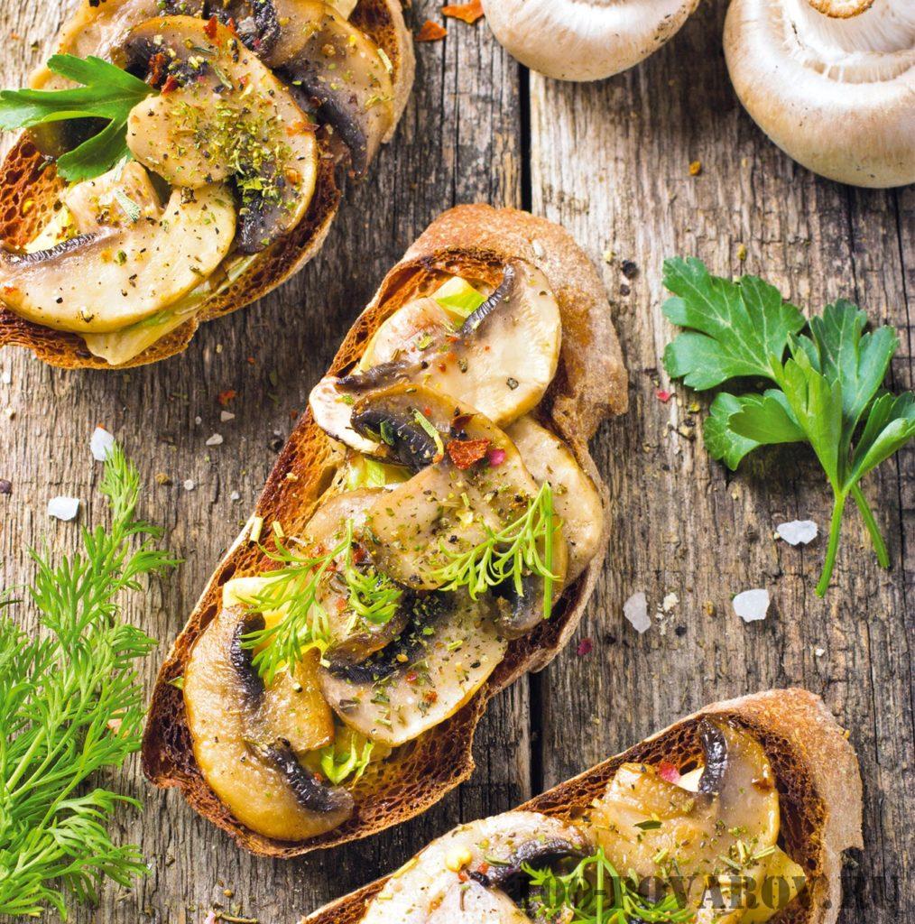 Описание приготовления горячих бутербродов с шампиньонами и сыром