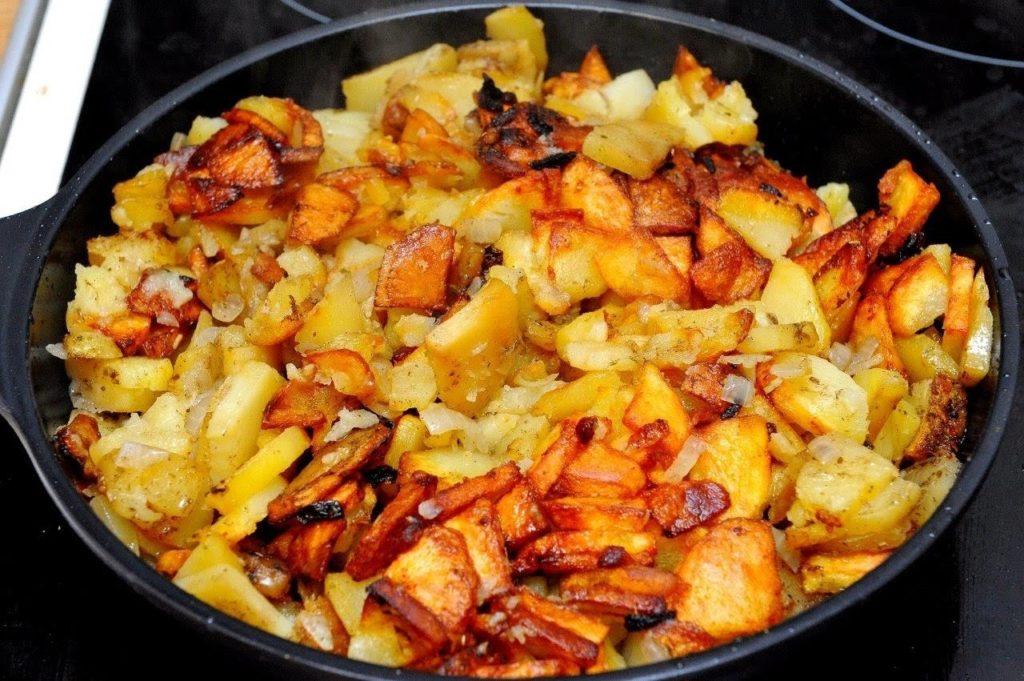 добавить внутрь уже измельченную картошку и жарить около 5 минут