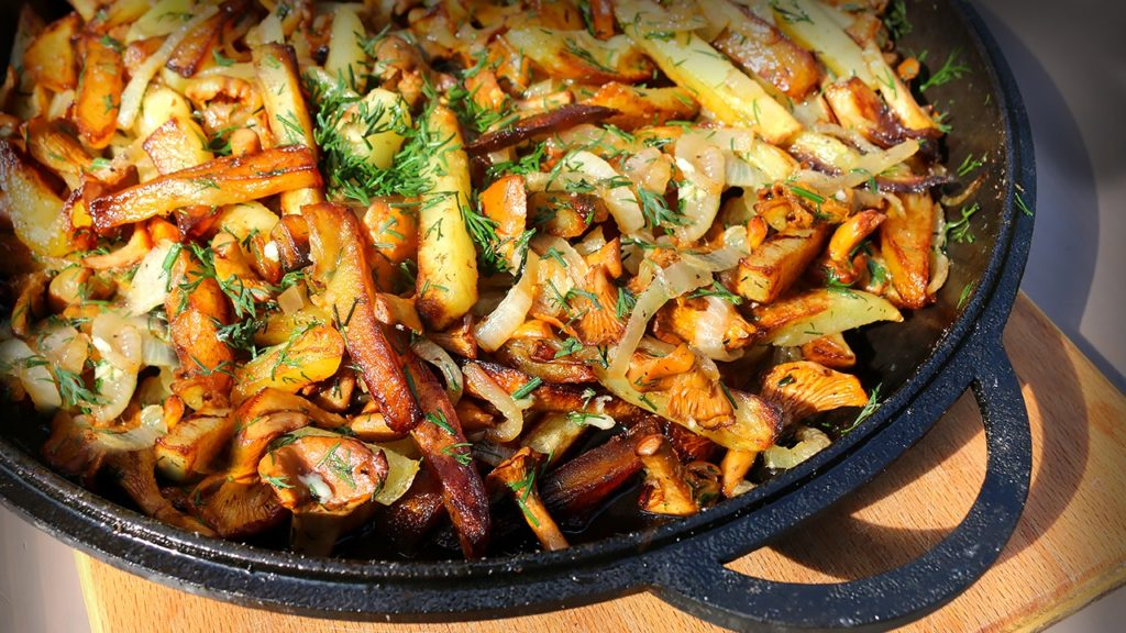 После обжарки картофеля и лука к этим овощам необходимо добавить уже обжаренные грибы