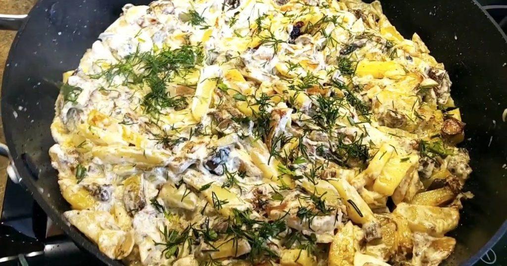 разложить приготовленные шампиньоны с картошкой в сметане по тарелкам, подать к столу и наслаждаться их ароматным и нежным вкусом