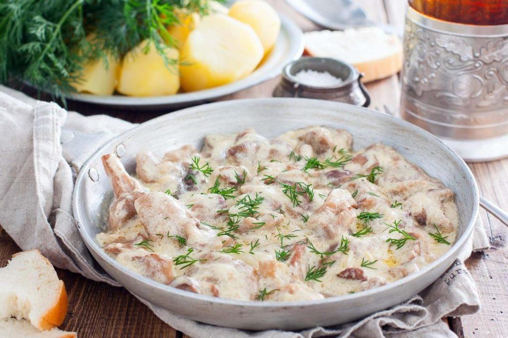 Нежная и мягкая курица с грибами в сметанном соусе в духовке