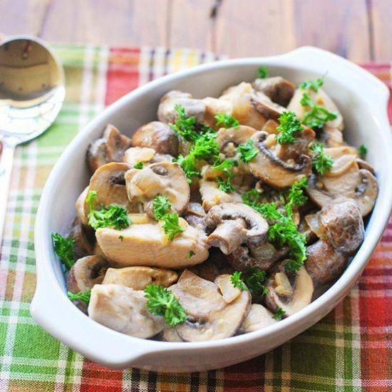 Как приготовить куриную грудку в сметанном соусе с макаронами и грибами