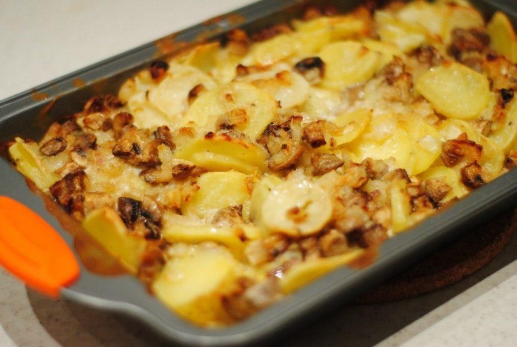 Этапы приготовления картошки с шампиньонами со сметаной в духовке