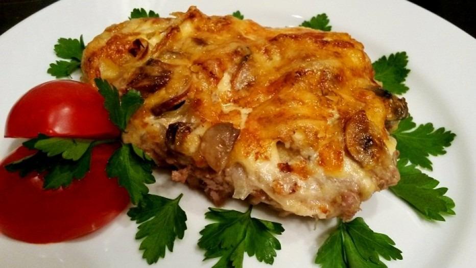 Классический рецепт мяса по-французски из свинины с сыром луком и грибами в духовке