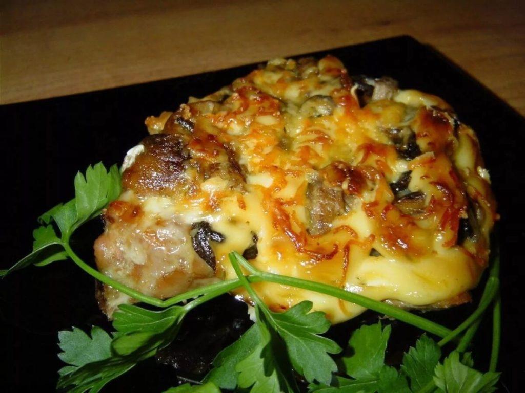 Мясо по-французски из свинины с сыром, грибами и помидорами в духовке