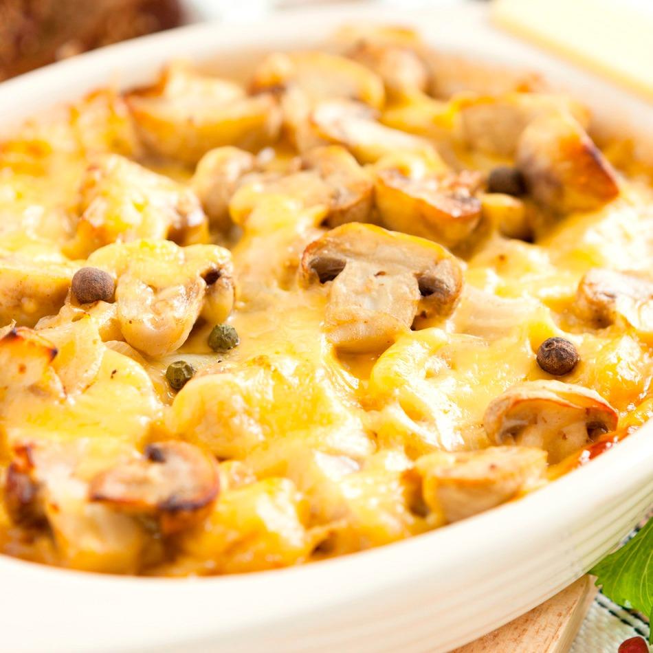 Достать грибы с картошкой, разложить по тарелкам и можно подавать к столу