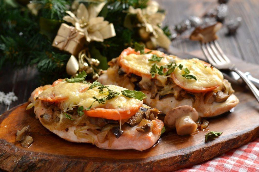Сочное мясо по-французски из свинины с сыром, грибами и картошкой